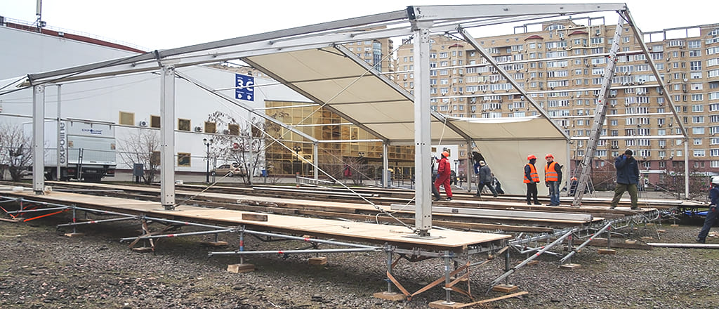 Installation of the roof of the pavilion from the awning
