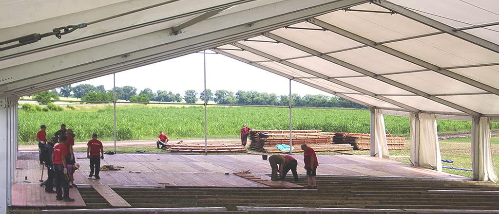 Складання дерев'яної підлоги павільйону