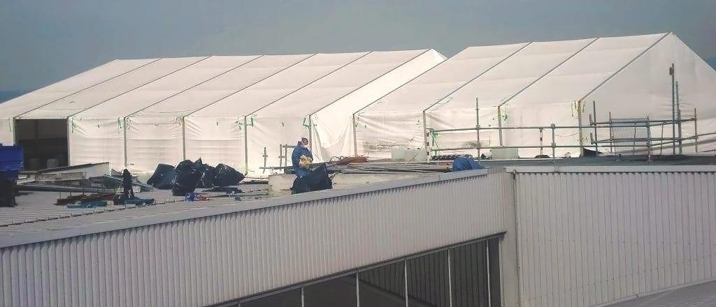 Укриття з тенту для ремонту ділянки даху