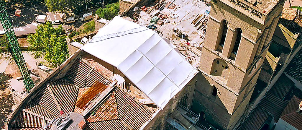 Covering from a tent of a part of a roof for repair works